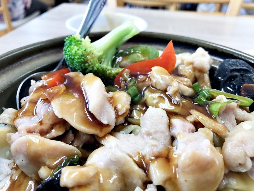 滑雞雲耳煲仔飯:滑嫩的雞肉吃起來特別順口,也讓米飯增添了淡雅的肉香,吃起來讓人感到舒服的風味。