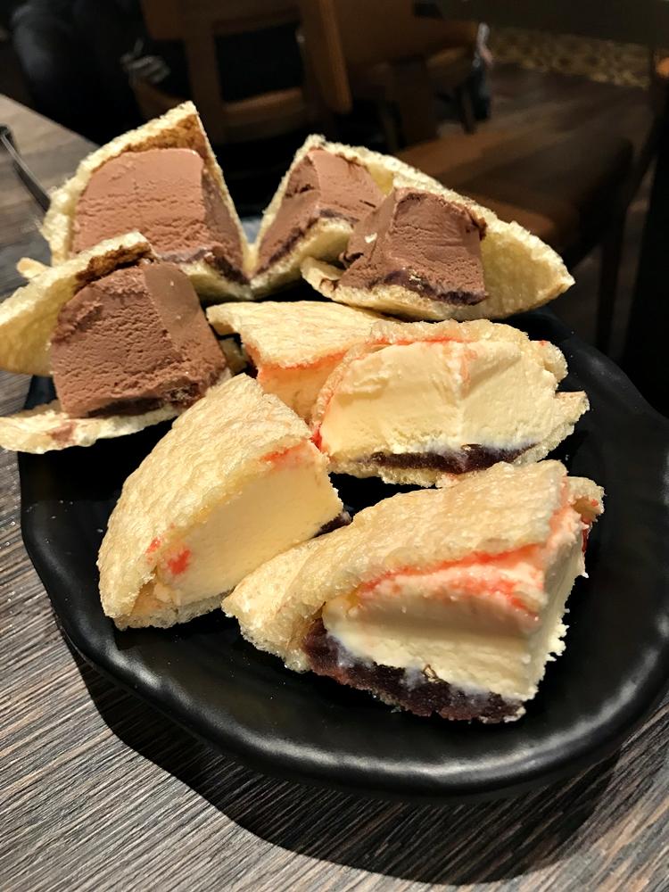 餐後招待的甜點冰淇淋,外層是薄薄一層的香酥餅皮,裡層還有果醬來增添風味,就算是原本飽足到不行的肚皮,還是要咬上幾口那冰涼的香甜風味。