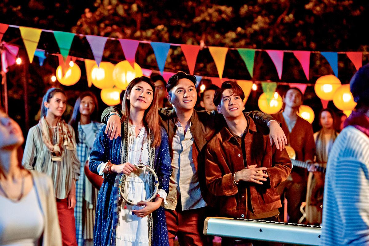 ■王嘉爾(右)與陳慧琳及張智霖,一起拍攝月餅廣告。
