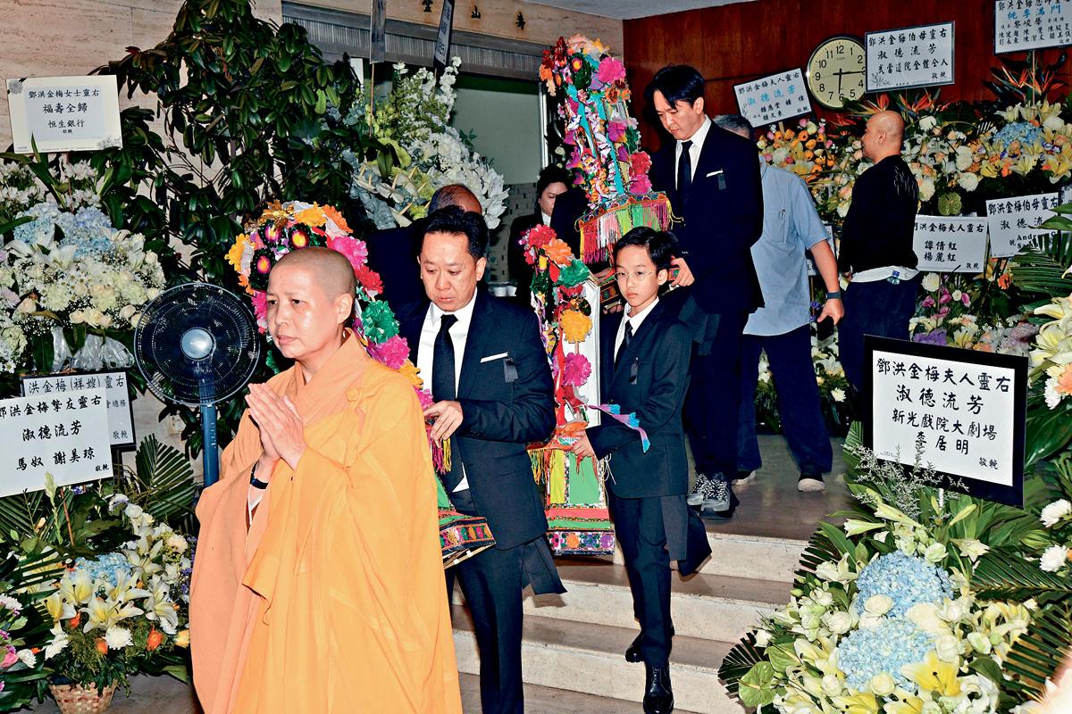 ■兆榮與兆尊捧着祭品緊隨僧侶進行儀式。