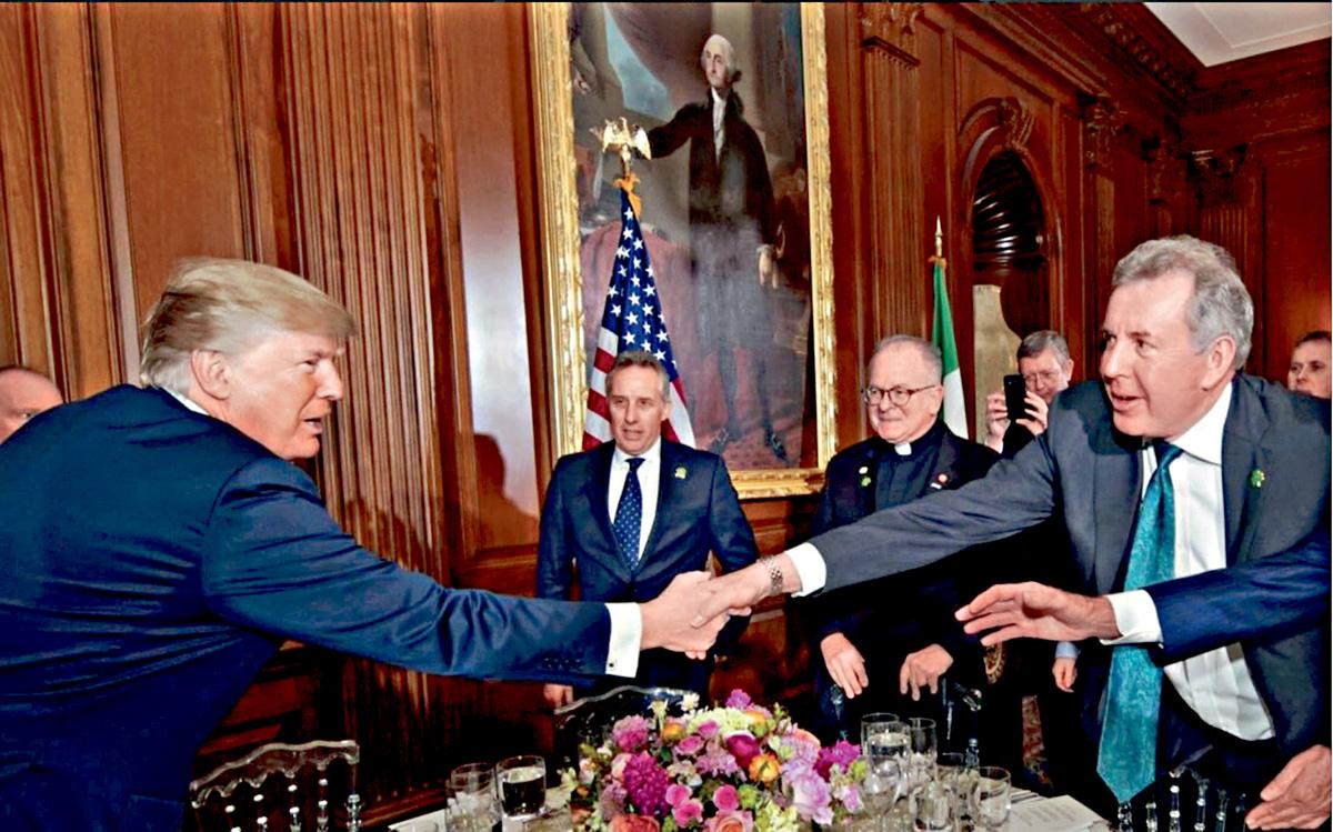 英國駐美大使達羅克(右),去年在美國國會山莊與特朗普見面。網上圖片