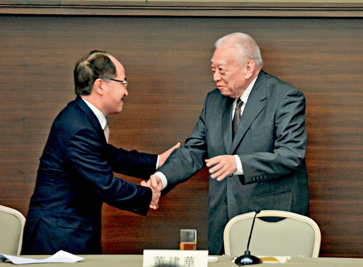 王志民出席籌備國慶委員會活動時,與董建華喜相逢。黃賢創攝