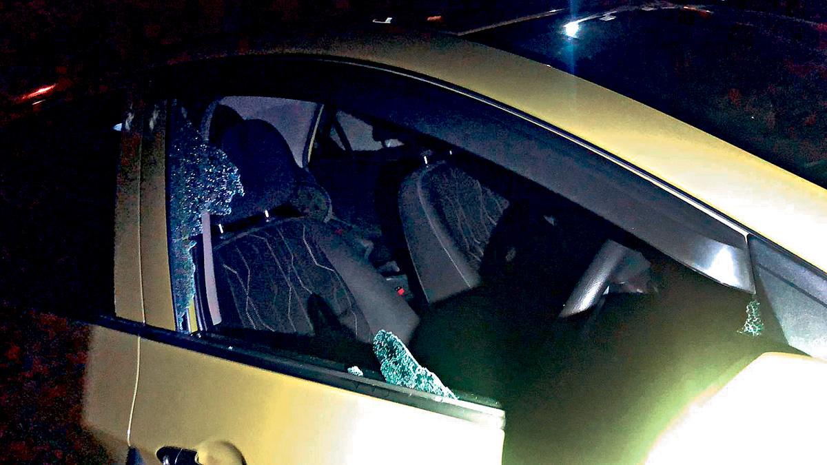 男童被困車內情況危急,警員及時破窗救人。