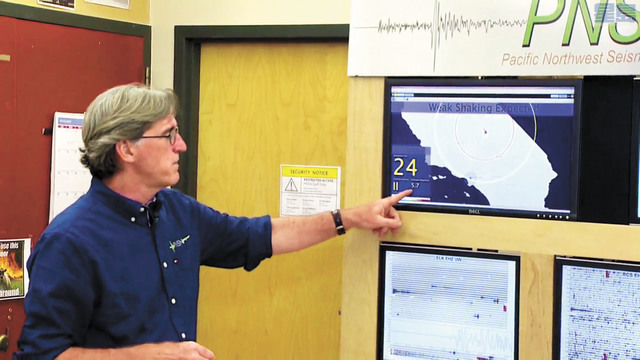 西北太平洋地震網絡主任圖賓解釋地震影響。電視截圖