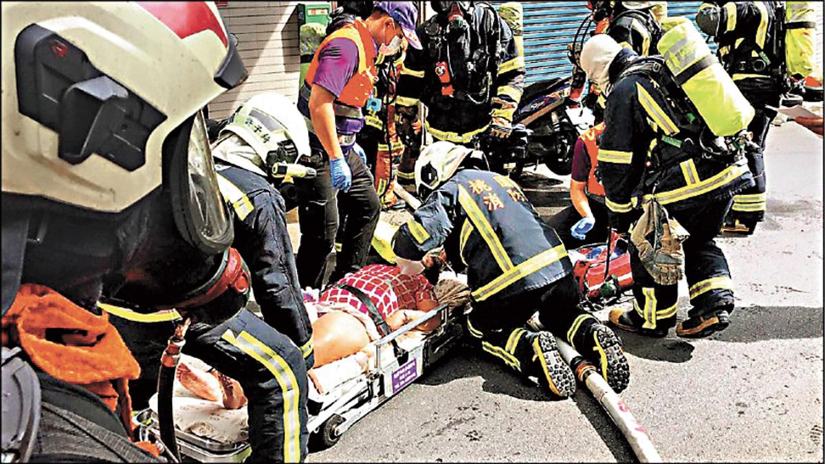 圖為被救出的房客。中央社/網上圖片
