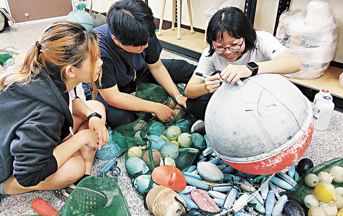 台東專科學校文創科學生以海廢浮球為素材進行創作。網上圖片