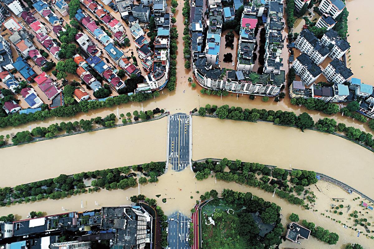 在江西萍鄉城區,馬路被洪水灌入,變成一條條「水路」。中新社