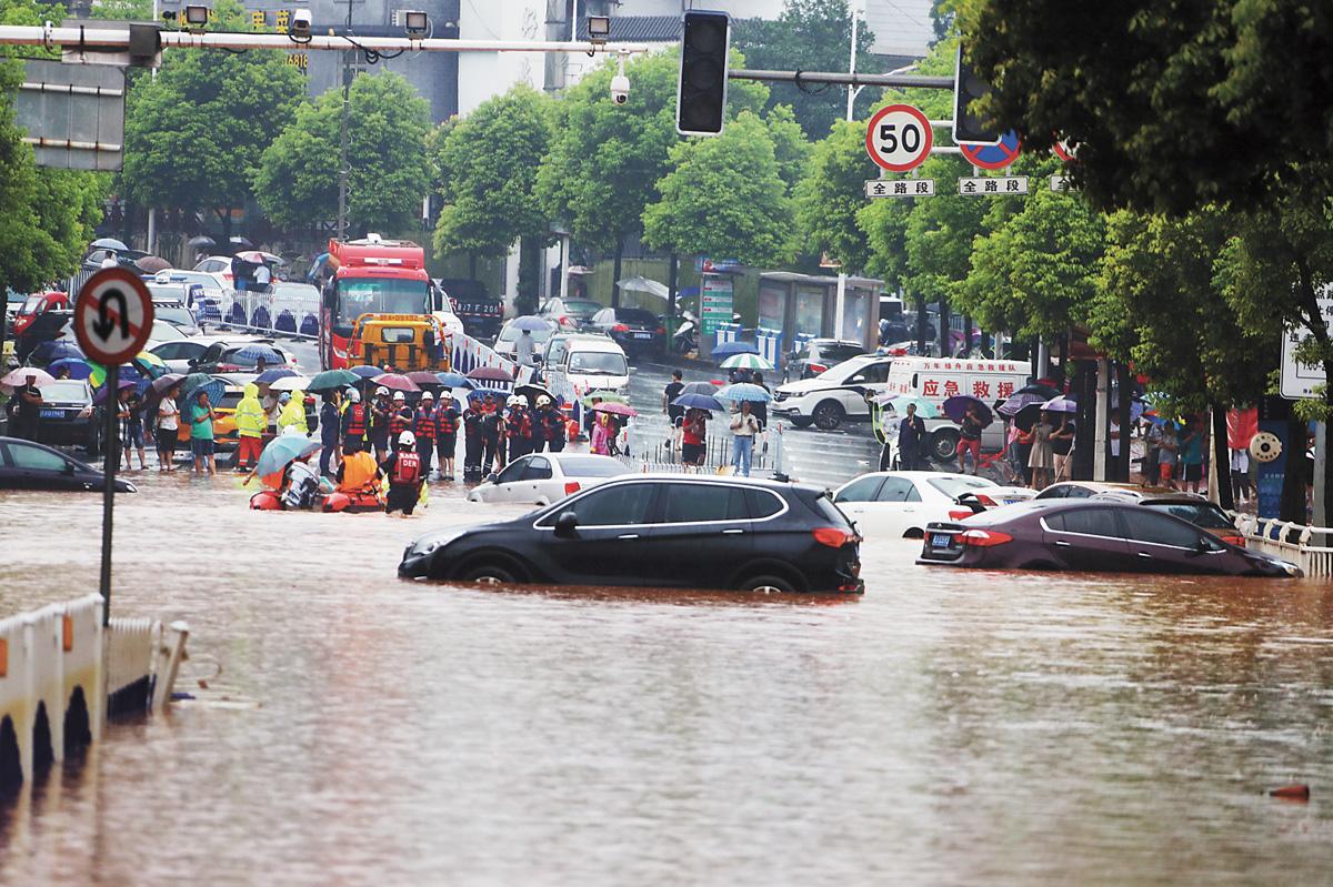 在江西萍鄉,大量私家車浸泡在積水之中。中新社