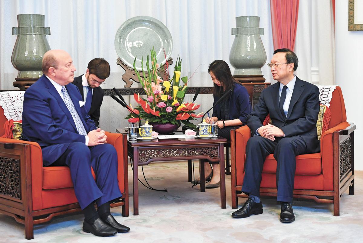 美國對台軍售,楊潔篪表示已提出嚴正交涉。楊潔篪9日會見俄羅斯國際事務委員會主席、前外長伊萬諾夫。 新華社