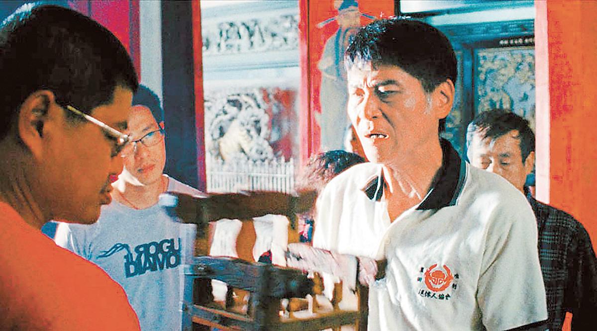 喜翔(右)在電影「蚵豐村」中扮演漁村蚵農,因演技精湛入圍今年台北電影獎最佳男主角。網上圖片
