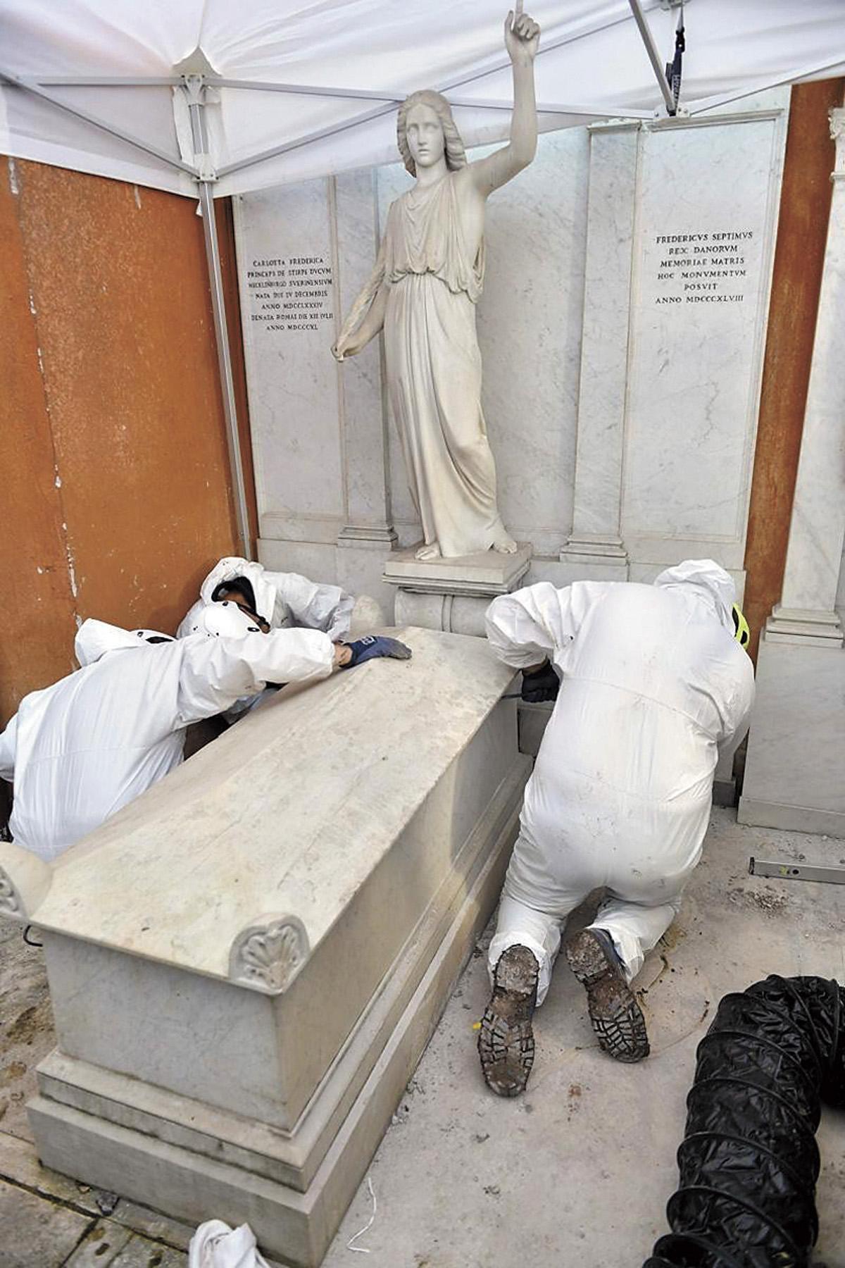 工作人員掘開2座歷史古墓。網上圖片