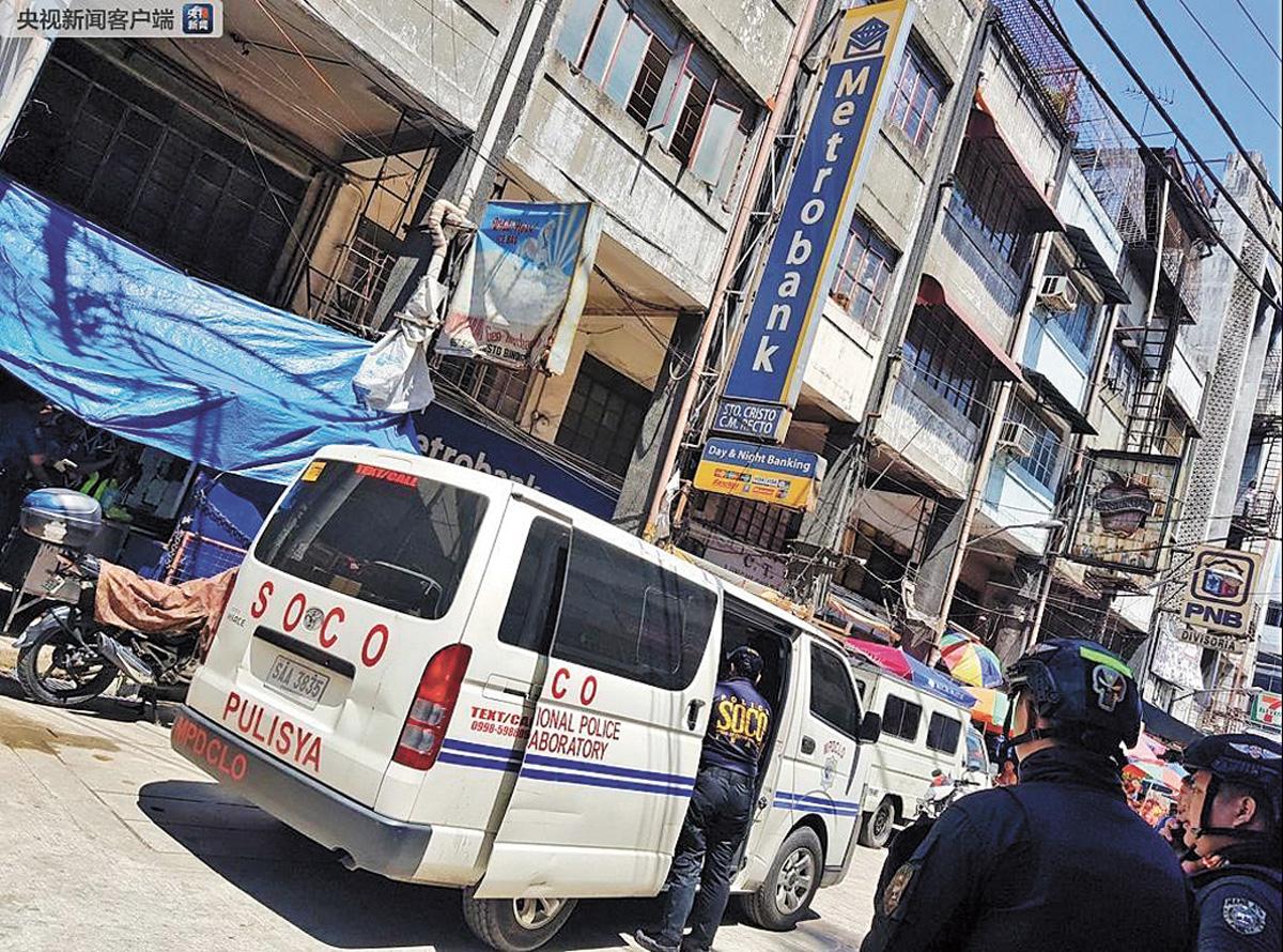 警方來到被搶劫的銀行現場調查。網上圖片