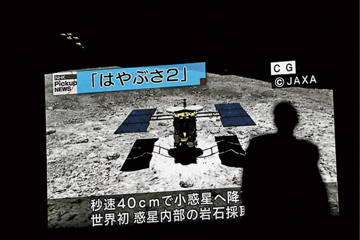 東京秋葉原播放隼鳥二號登陸龍宮的模擬畫面。網上圖片