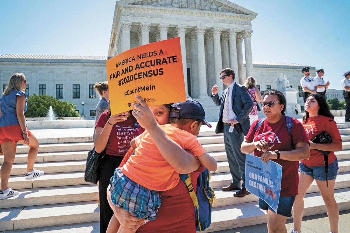 美國2020年人口普查中是否詢問公民身分引爭議,圖為有示威者日前聚集在最高法院外,抗議詢問身分。美聯社