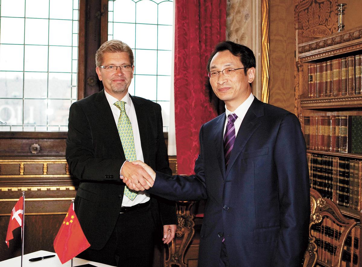 陳剛(圖右)一度被稱為「政治新星」。新華社資料圖片