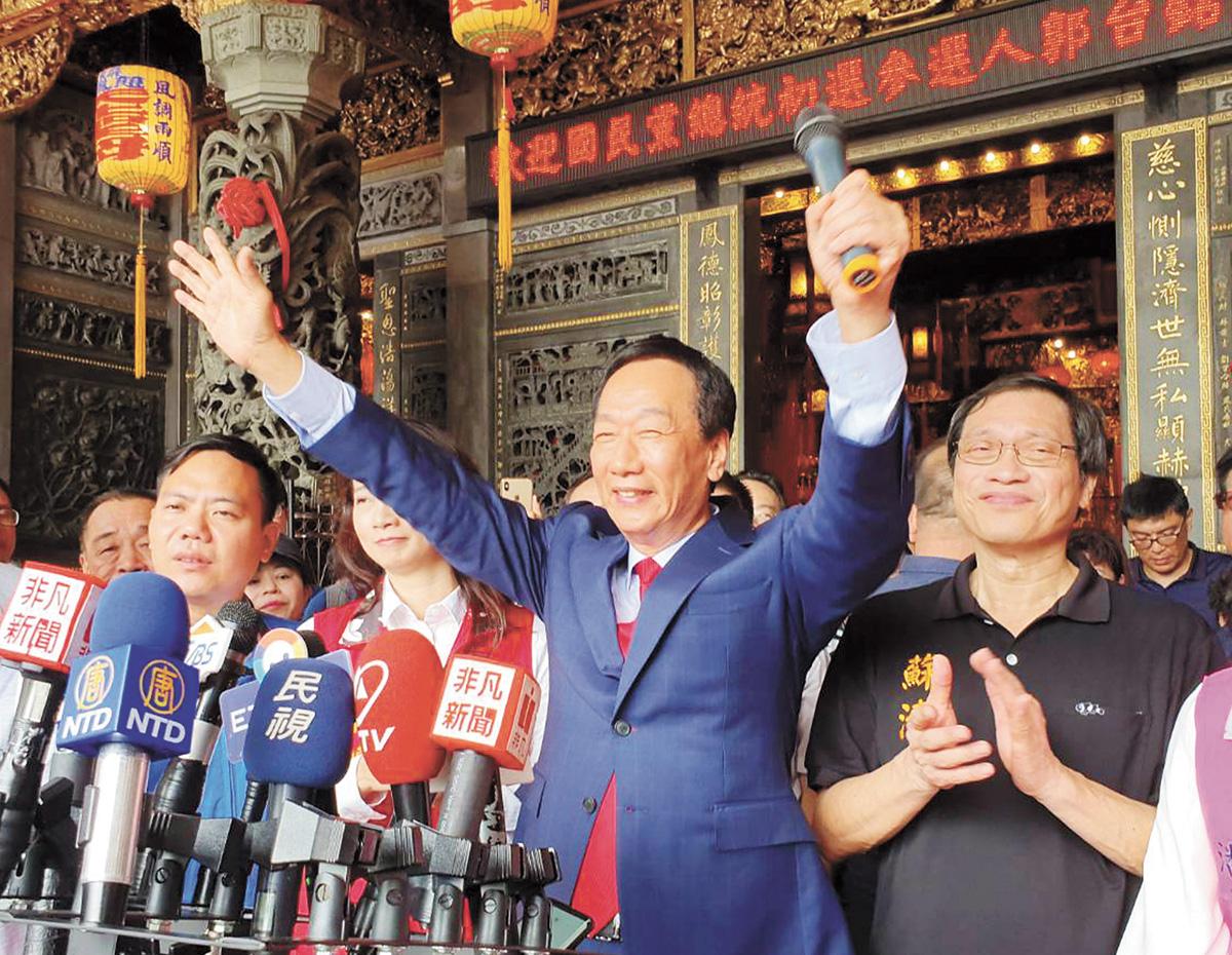 圖為國民黨總統初選參選人郭台銘(中)到屏東造勢,受到支持者熱烈歡迎。中央社
