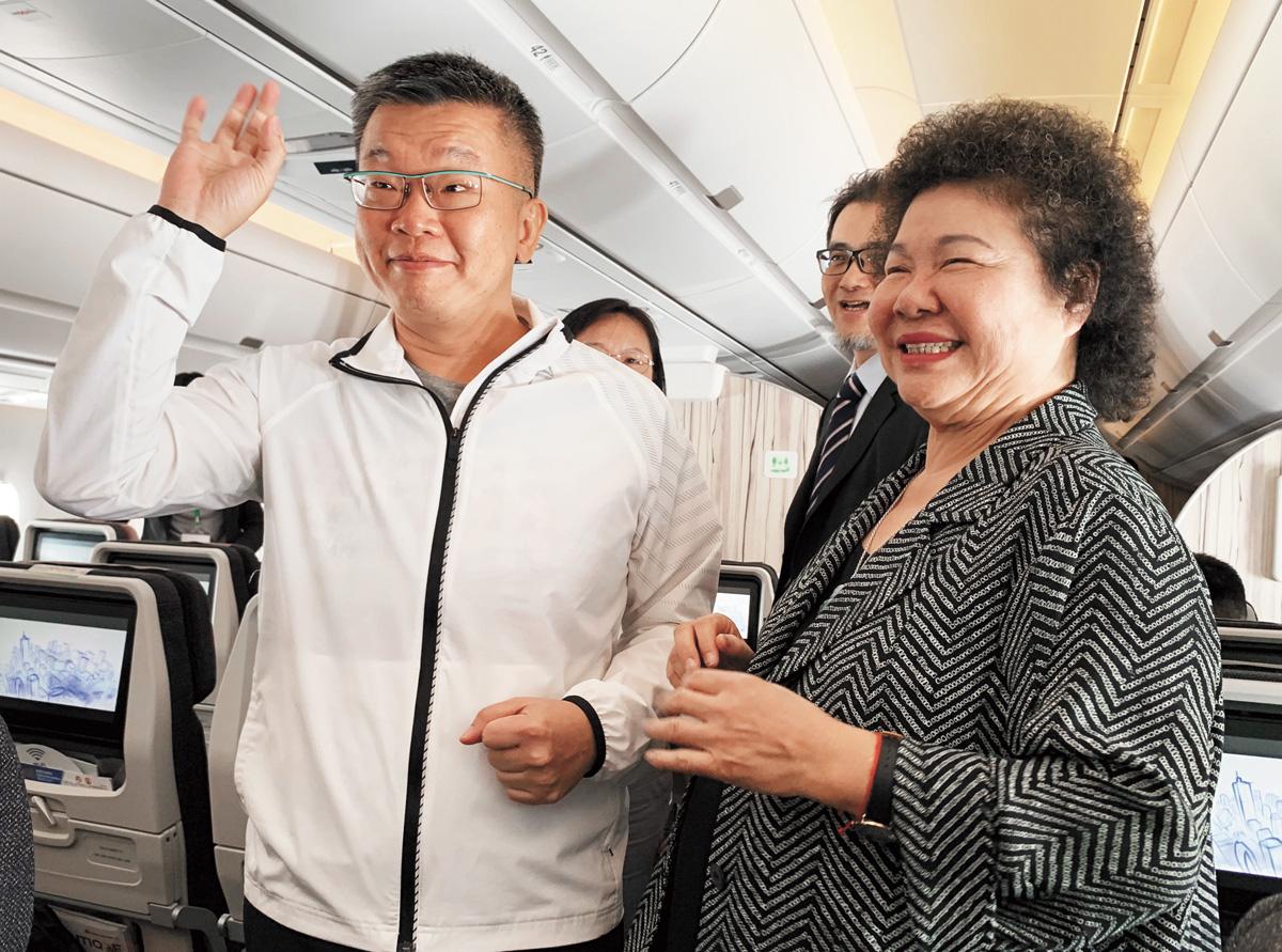 隨行出訪成員包括總統府秘書長陳菊(前右)、立法院副院長蔡其昌(前左)等人。中央社