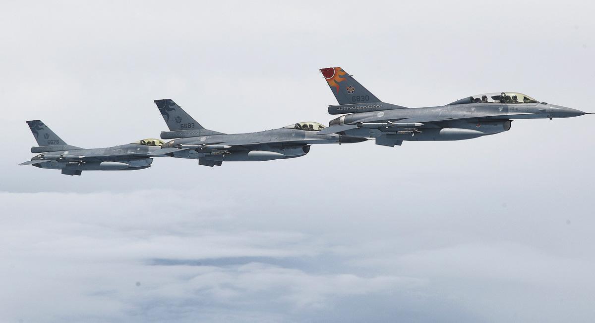 蔡英文的專機起飛後,台灣的國防部派出F-16戰機伴飛。中央社