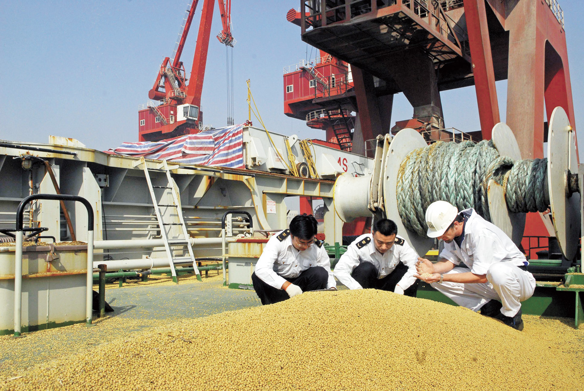 圖為之前中國海關對進口美大豆抽樣檢測。資料圖片