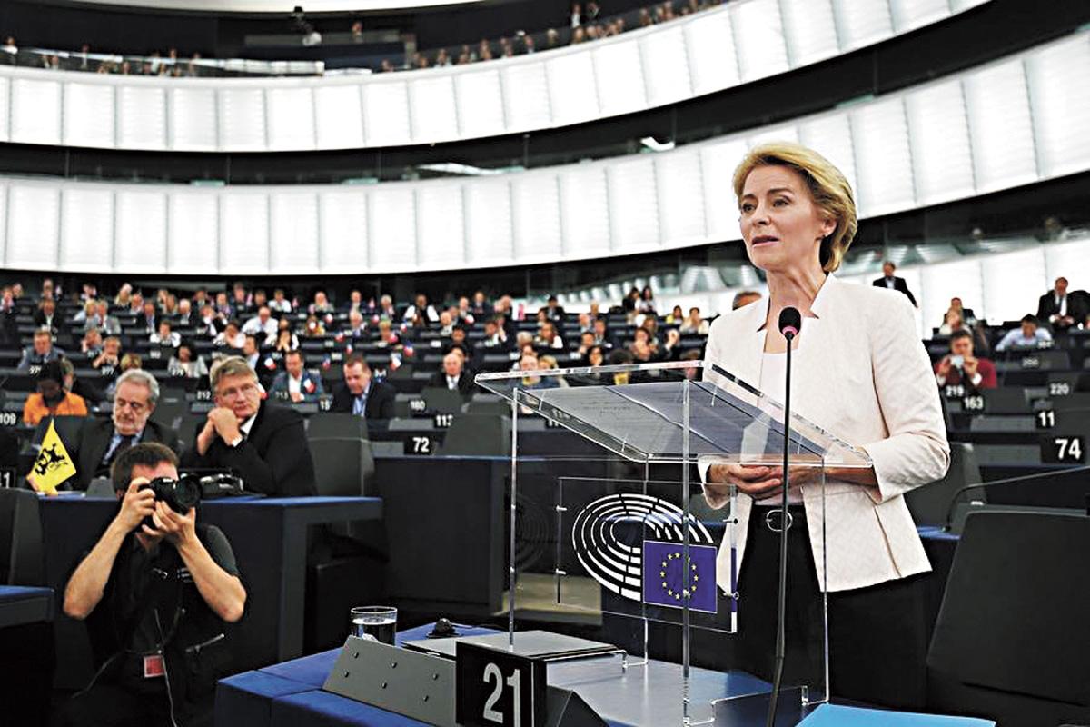 被視為德國總理默克爾心腹的馮德賴恩(右)16日成為歐盟執行委員會首位女性主席。法新社