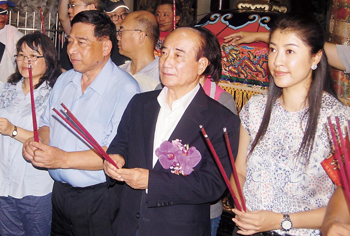 前立法院長王金平(右2)16日參加南投配天宮城隍夜訪遶境活動。中央社