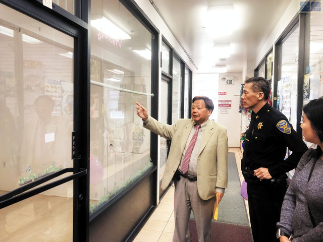 李兆祥帶易文耀參觀可提供給警方免費使用的辦公室。