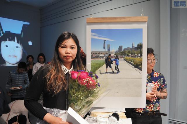 展覽主講人鄭小玲與她的攝影作品。記者劉玉姝攝
