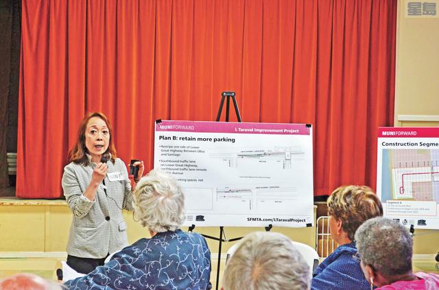 三藩市交通局外展服務經理Lulu Feliciano向民眾講解項目選項。記者劉玉姝攝