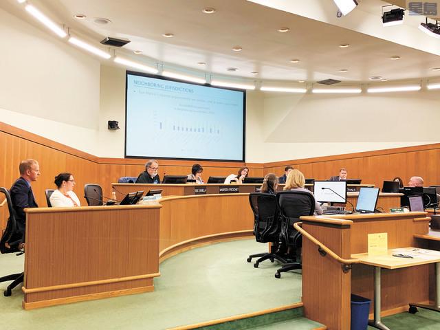 聖馬刁市議會通過低於市價房屋修正案,設定低於市價房屋房租每年最高4%的限制,以保護低收入家庭。記者李娜攝