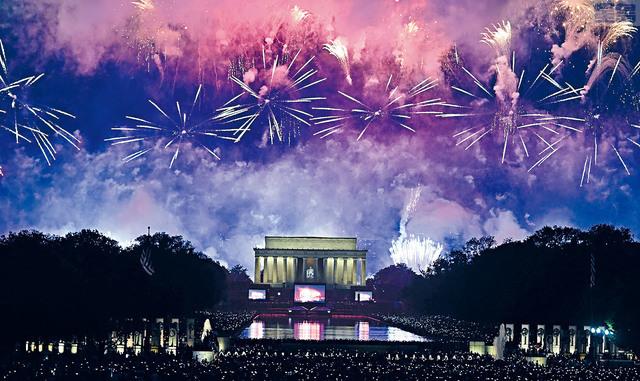 ■圖為國慶煙花活動7月4日在華盛頓林肯紀念堂上舉行。法新社