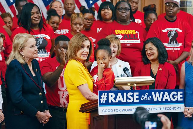 眾議院通過議案將最低時薪逐步提至15元,議長普洛西形容「這是歷史性日子」。美聯社