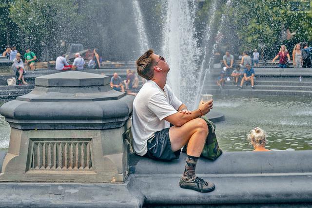 ■熱浪將席捲100個城巿,目前22州及首都華盛頓已發出酷熱警告。圖為一男子坐在噴泉邊消暑。法新社