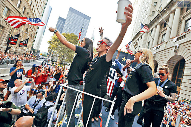 ■女足隊員站在花車上,在紐約市舉行勝利巡遊,接受成千上萬球迷的祝賀。美聯社