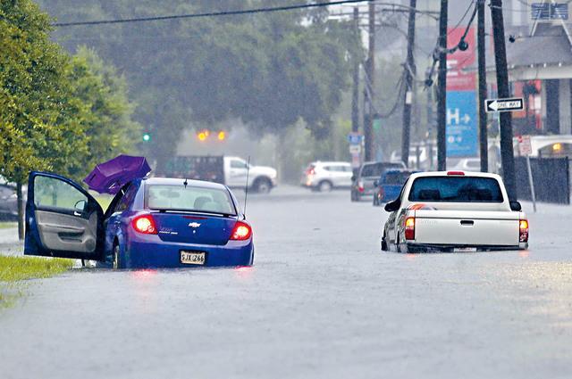 ■暴雨淹沒了紐奧良部分區域,導致交通癱瘓,街道變成小河流。美聯社
