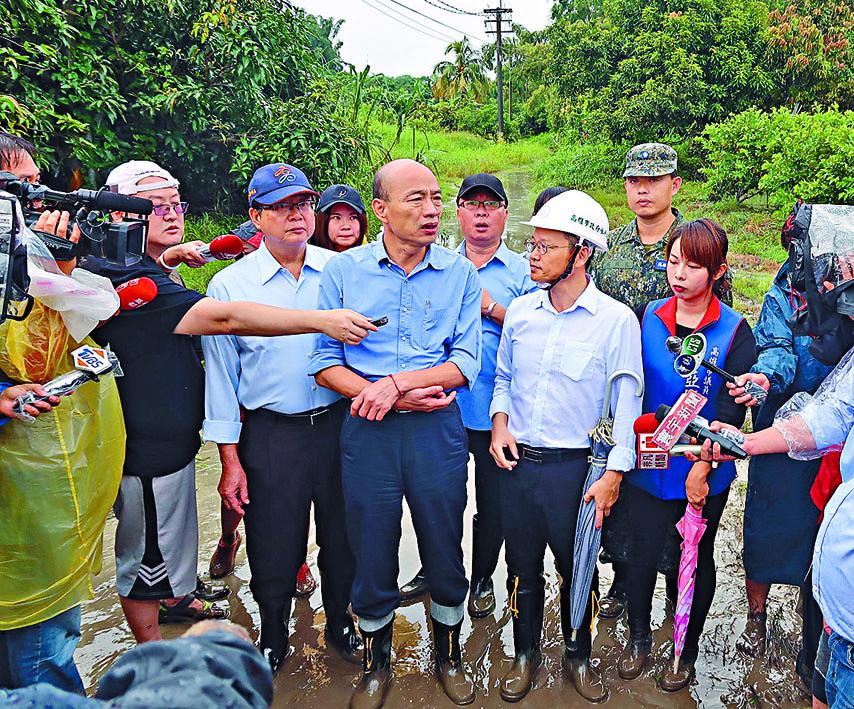 高雄昨天連場雷雨,多處水浸,市長韓國瑜(中)到場視察。