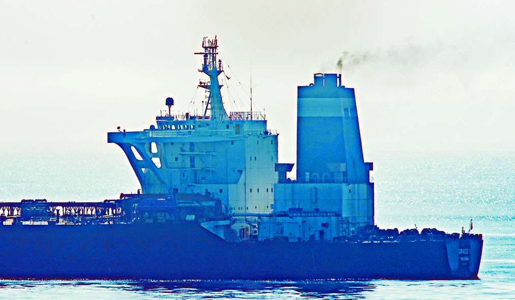 停在直布羅陀對開水域的伊朗超級油輪「格 蕾絲一號」。