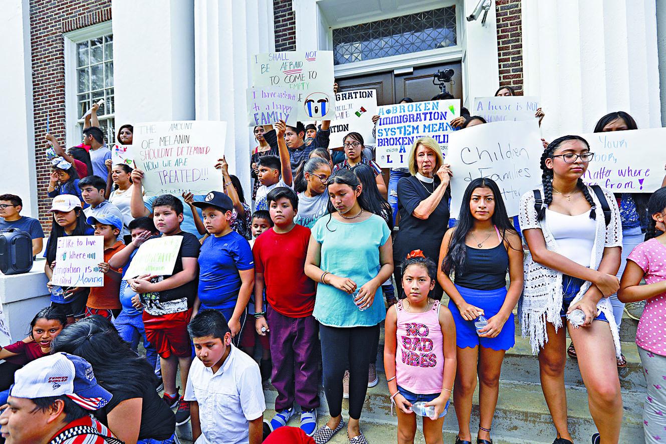 拉美移民家庭的孩子周日在密西西比州法院外,抗議搜捕非法移民