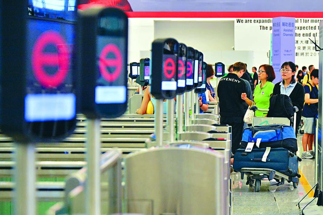 不少離境旅客因航班取消「望門興歎」。