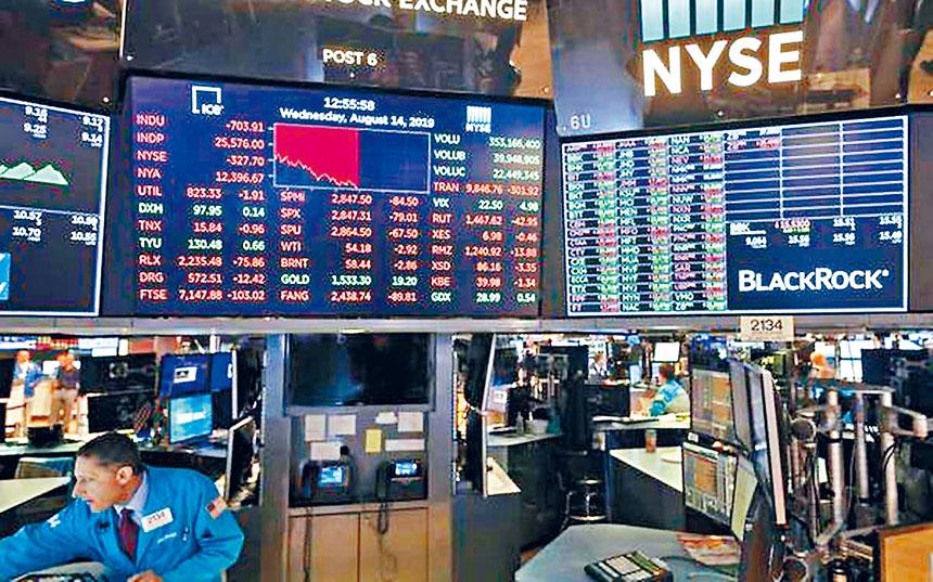 近日股市曾經大跌,但特朗普仍對前景抱持樂觀態度,堅稱不會出現經濟衰退危機。法新社