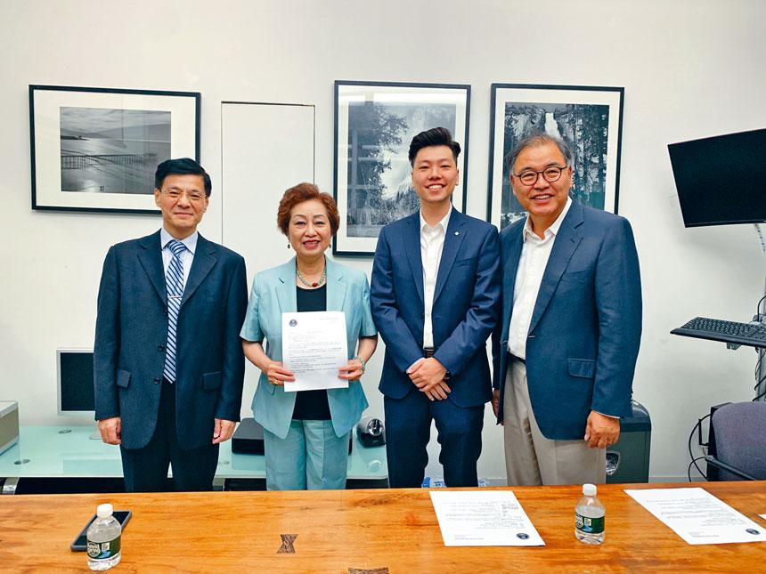 華人家長會朱寶玲與韓裔崔Choi Byong-In在貝賽介紹特殊高中和SAT免費模考試的說明會內容。