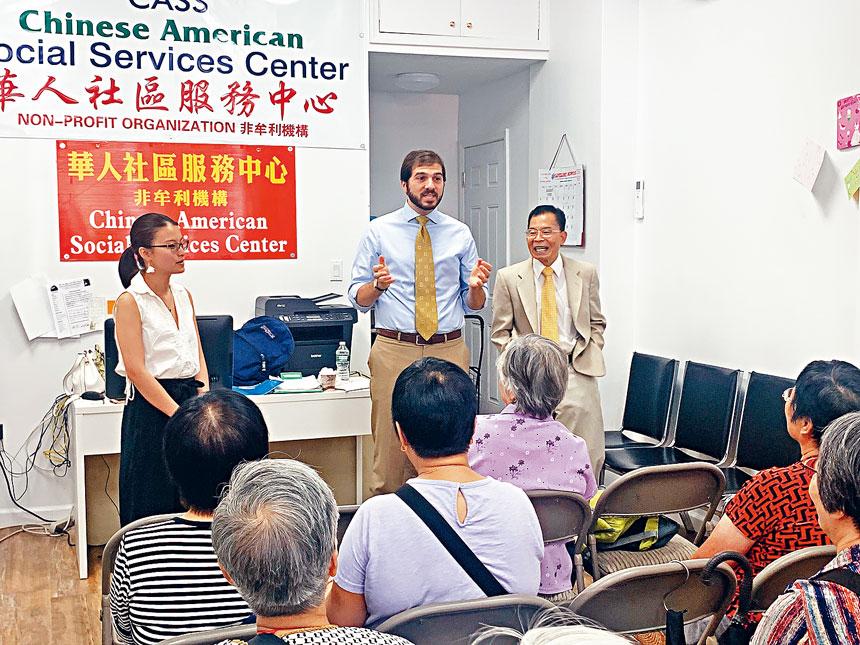 郭納德和華裔助理張意拜訪布碌崙華人社區服務中心。