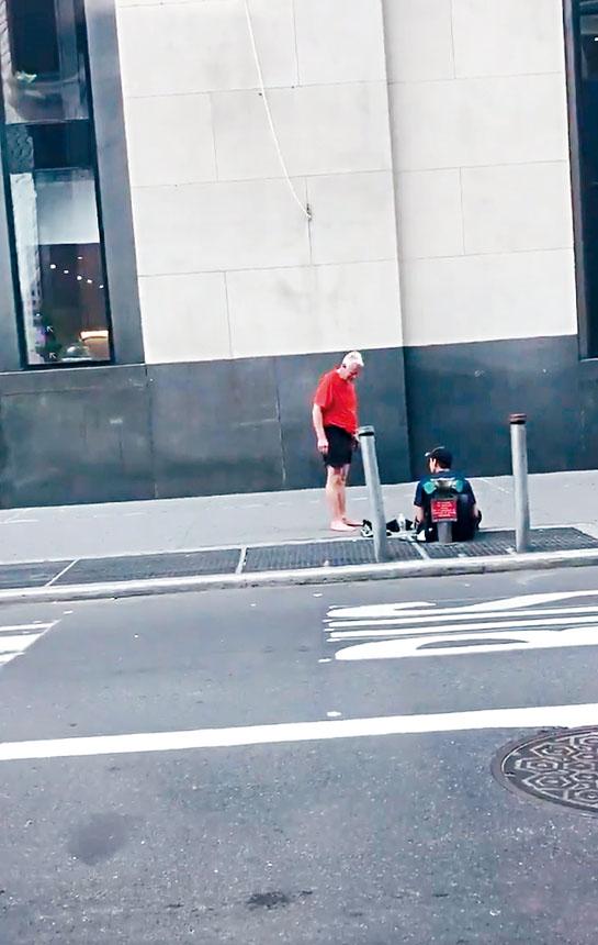 善心男把自己的鞋子脫下,送給遊民阿羅約。影片截圖