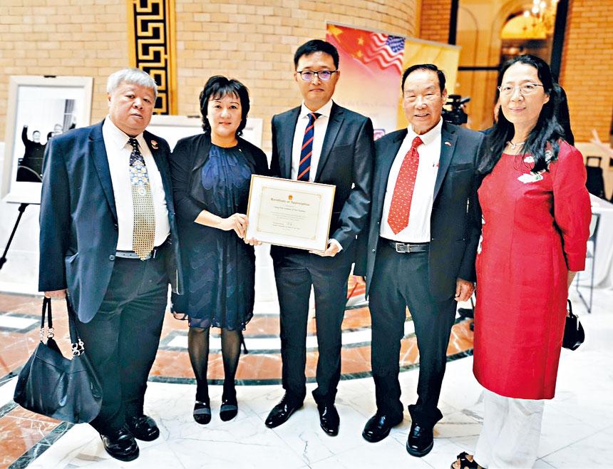(左起)李衛新、李徐慕蓮、錢進、梁添光、劉紅在頒獎儀式中合影。