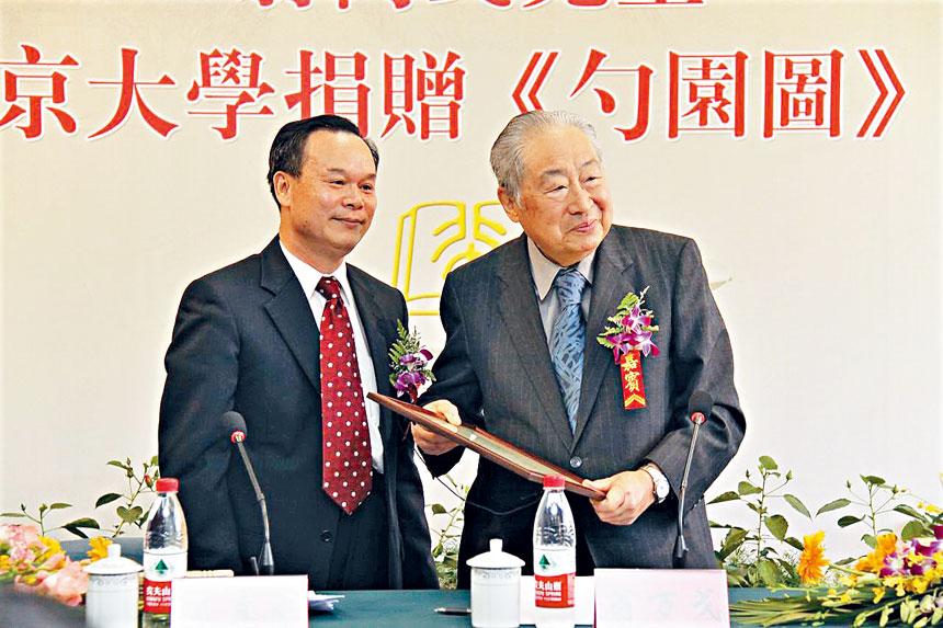 翁萬戈(右)在北京大學的捐贈儀式中。檔案圖片