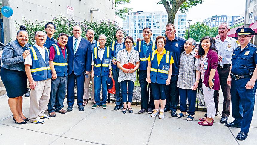 華埠治安巡邏隊在活動中受到表彰。主辦方提供