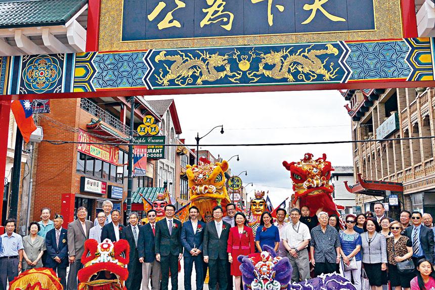 唐人街地標「天下為公」牌樓經過整修,於6日舉行揭幕儀式。梁敏育攝