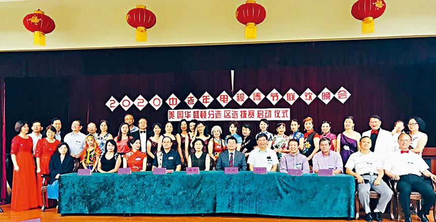 活動組織者與參加表演的人員合影。