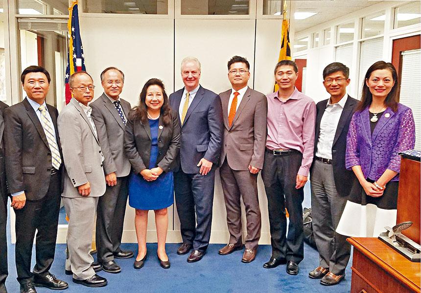 會後,參議員范荷蘭(中)、李鳳遷(左四)、與會人員合影。