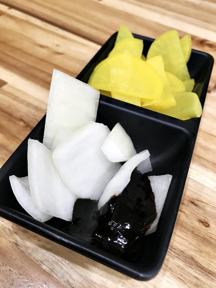 這種專賣韓式小吃麵食的餐廳,提供的配菜通常相當精簡,就是醃製蘿蔔與洋蔥切片沾上豆醬的小菜。洋蔥泡水冰鎮處理過,少了辣度但香氣一樣濃郁,沾上豆醬的鹹香讓洋蔥的多汁爽脆更顯突出。