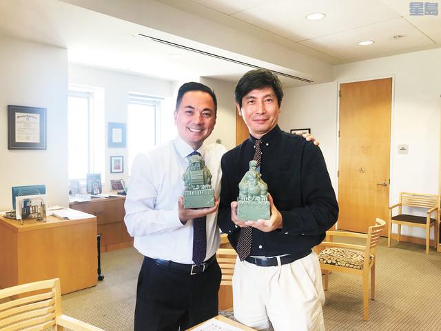 三藩市圖書館館長玄柏高(左)與美國亞洲文化學院校董會主席趙曉明手持印璽合影。記者劉玉姝攝
